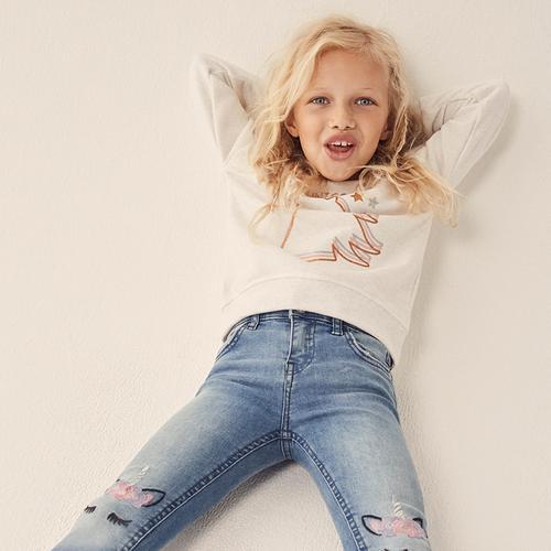 fille portant un jean