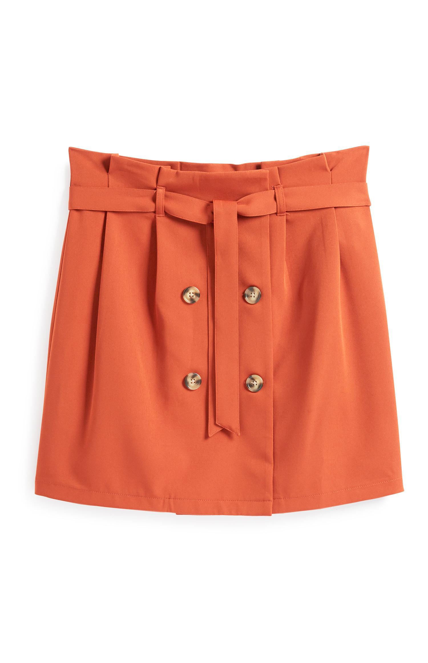 Orangefarbener Rock mit Gürtel