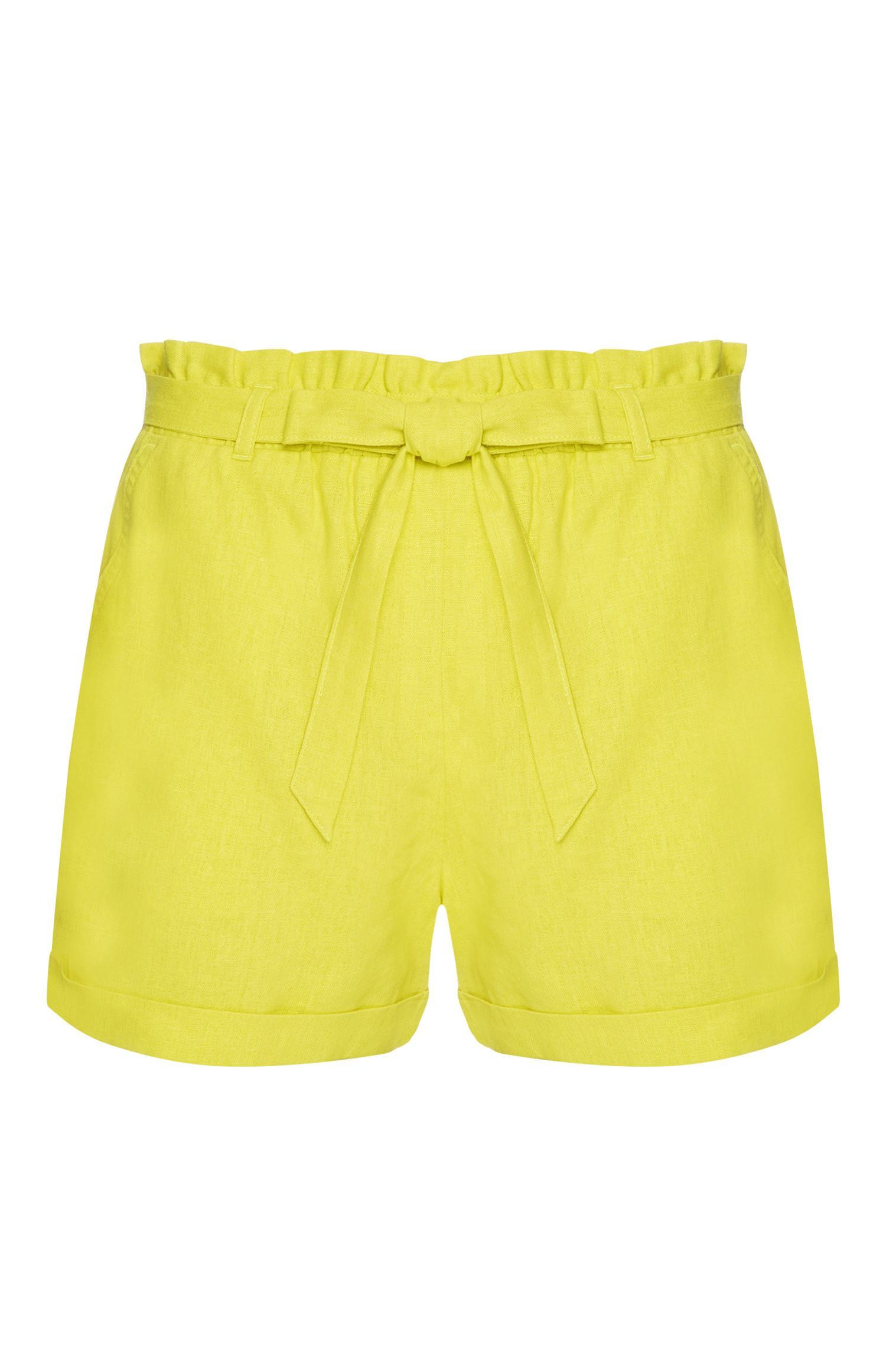 Lindgrüne Shorts mit Gürtel