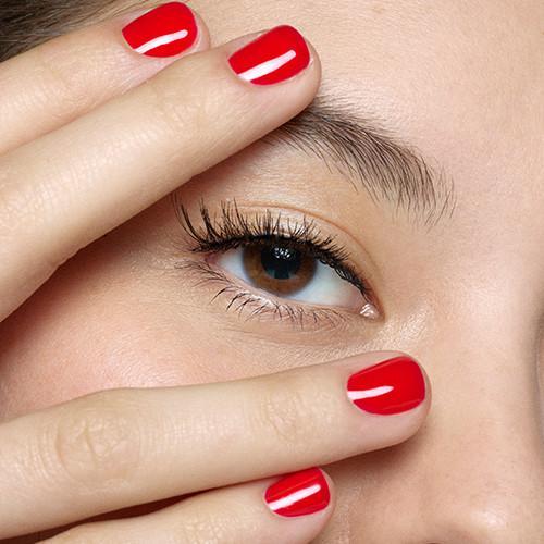 mujer con uñas rojas