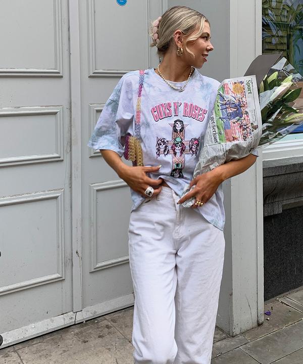Model mit bedrucktem T-Shirt und weißer Jeans