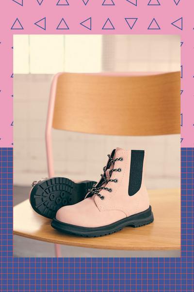 Botines Chelsea rosa claro con cordones y suela negra