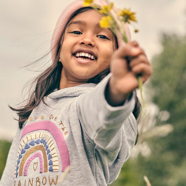 meisje dat bloemen vasthoudt