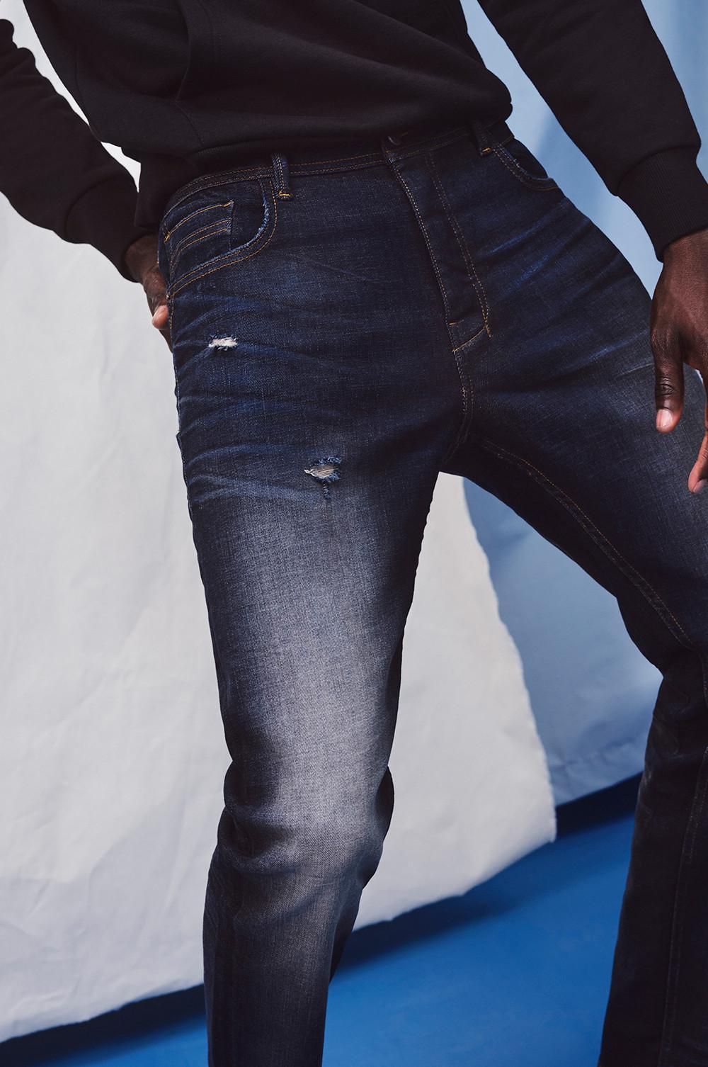 Gros plan sur un mannequin portant un jean