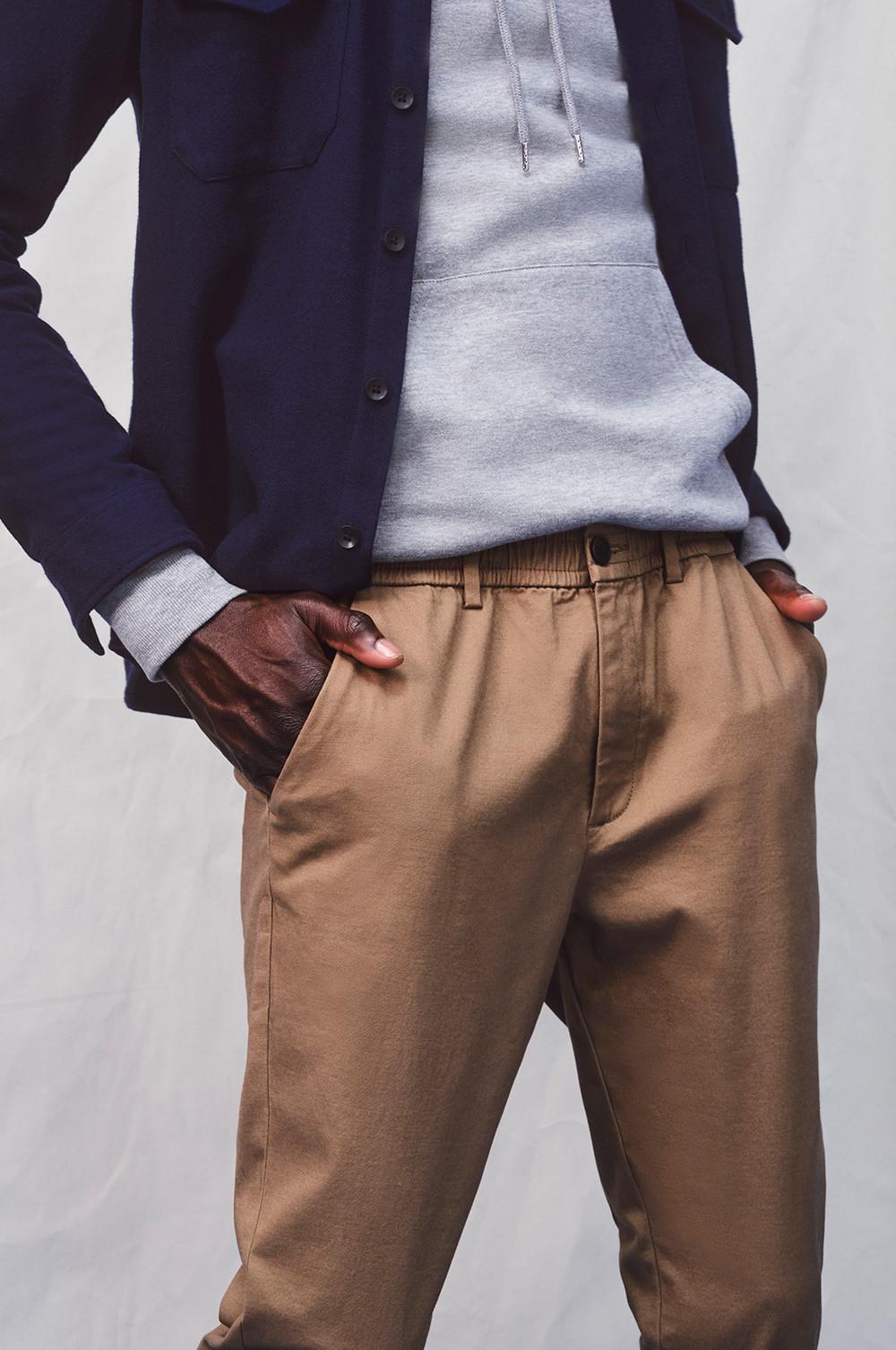 Mannequin portant un jean de couleur claire