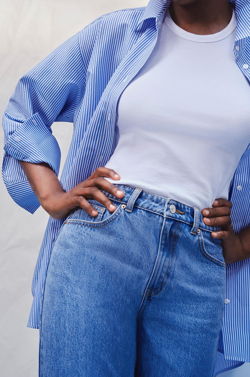 Gros plan sur un mannequin portant un jean bleu (portrait entier)