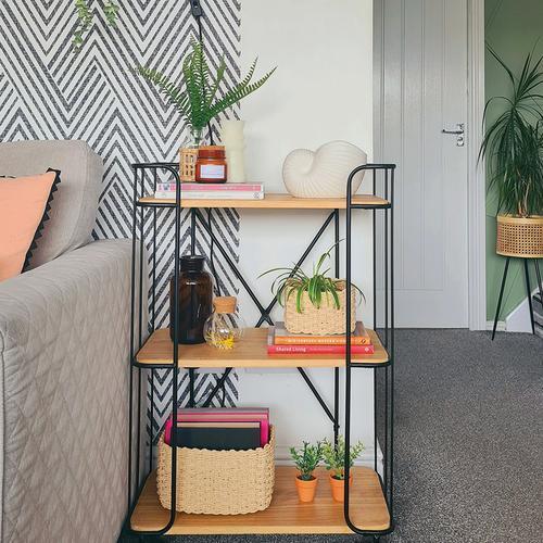Étagère minimaliste ornée de plantes, vases et panier
