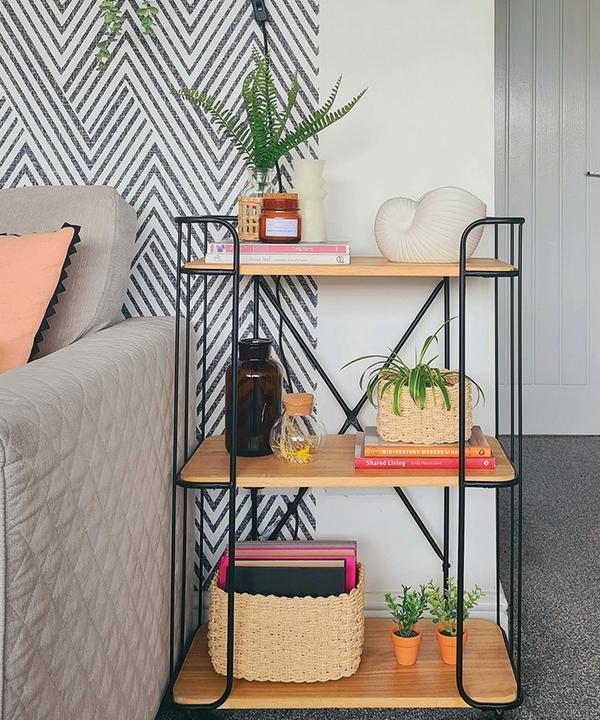 Estantería minimalista con plantas, jarrones y cesta