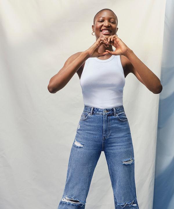 Mannequin portant un haut blanc et un jean