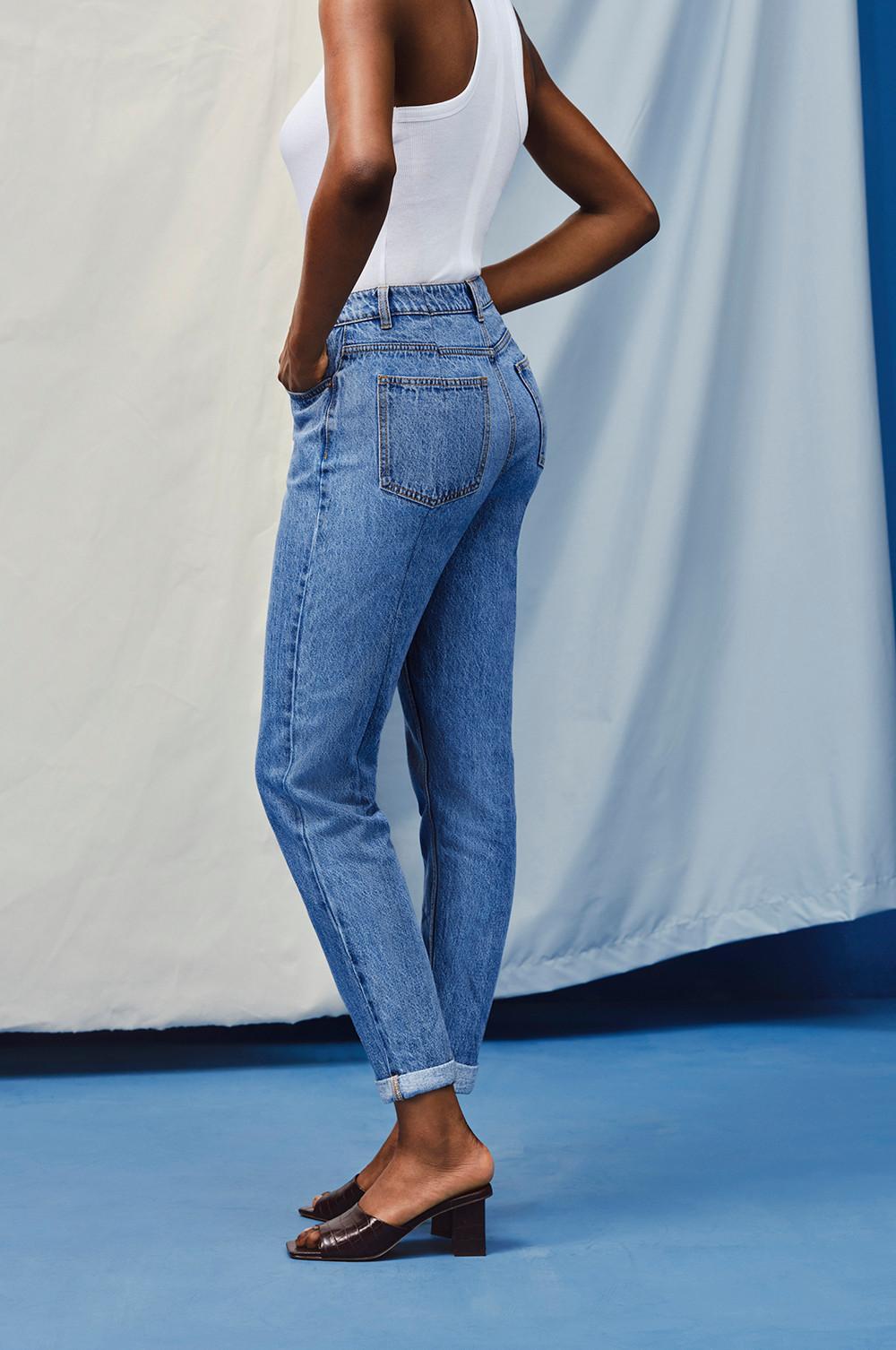 Mannequin portant un jean mom