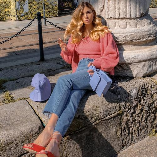 Girl wearing straight jeans and pink top