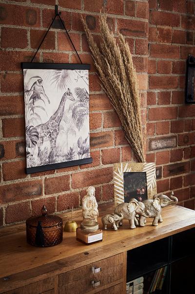 Woonkamer met wandkleed, ornamenten en fotolijstje