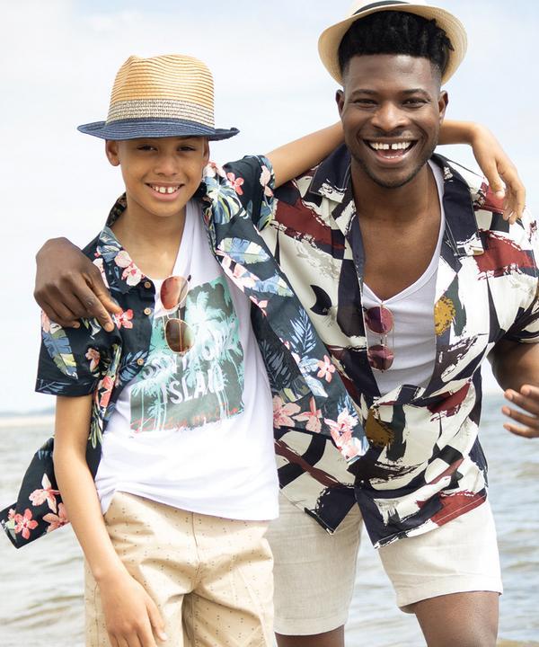 Modelos masculinos con camisas con estampados atrevidos en la playa