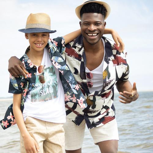 Mannelijke modellen in een overhemd met opvallende print op het strand