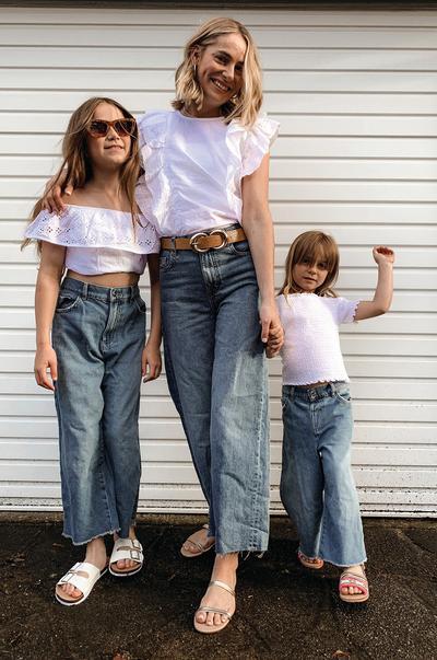 Modelos femeninas con blusas blancas veraniegas y vaqueros
