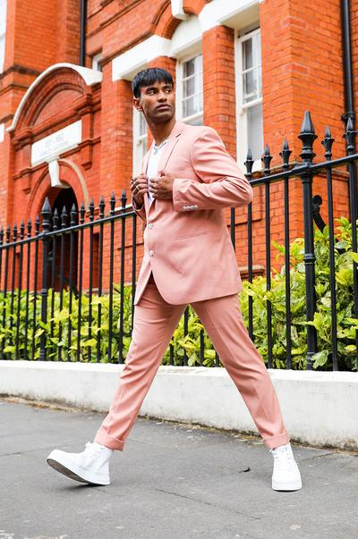 Rosafarbener Anzug