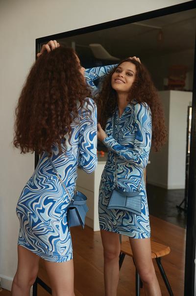 Model in Kleid mit blauem Wellen-Print