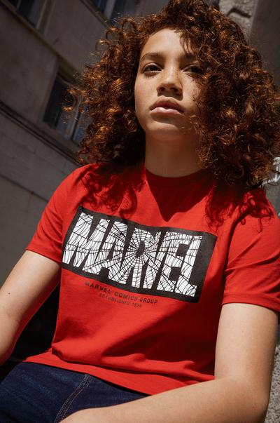 Mannequin portant un t-shirt Marvel rouge à imprimé dans le dos