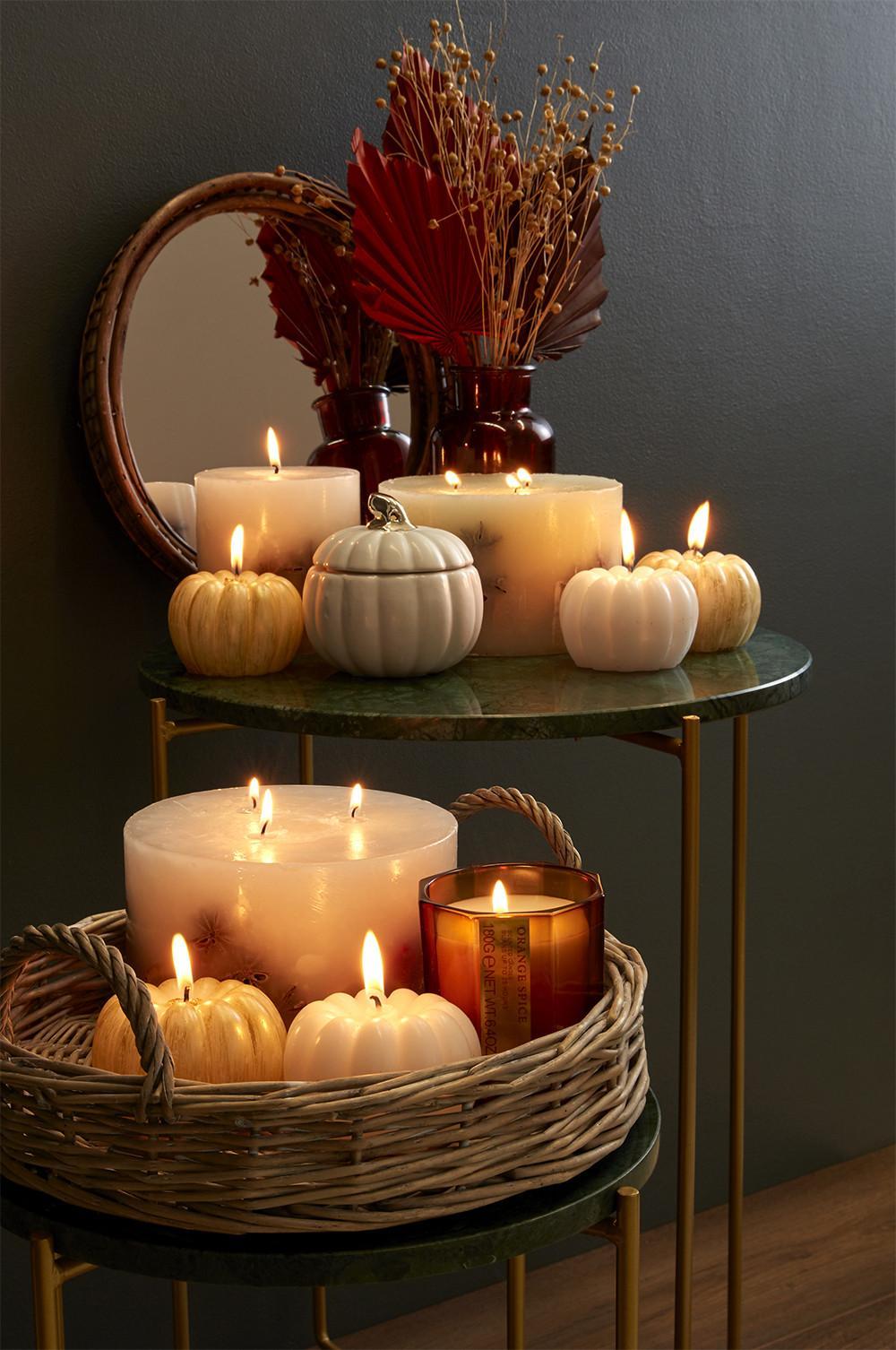 table avec citrouilles et bougies