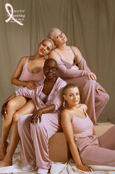 Smějící se modelky sedí v hloučku