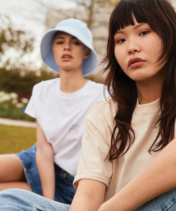 Models mit sommerlichen T-Shirts und Jeans