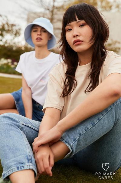 Models mit sommerlichem T-Shirt und Jeans