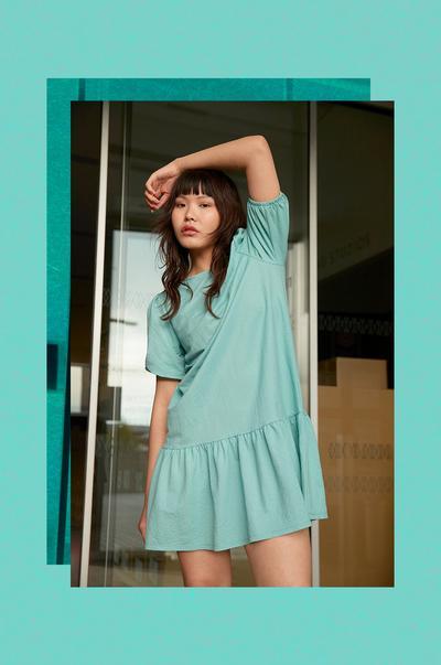 Model mit grünem Sommerkleid