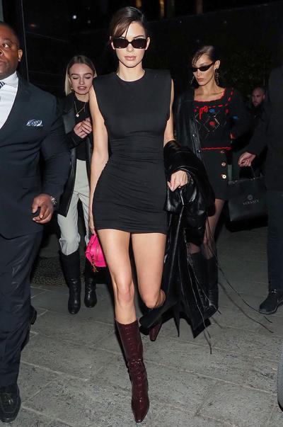 look delle celebrità: Immagine vestito con spalline imbottite