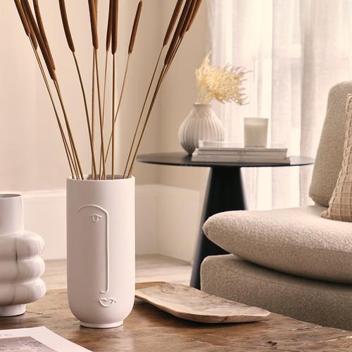 Immagine con décor rilassante: piano del tavolo del salotto e vasi