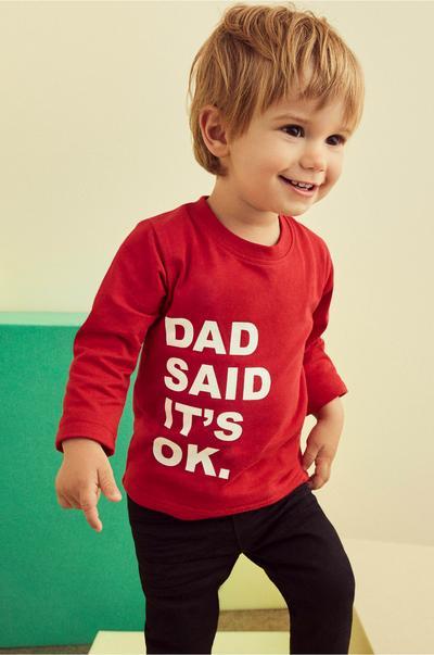 Kleines Kind in rotem T-Shirt mit Slogan