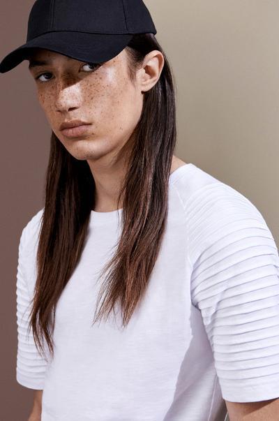 Model mit Cap