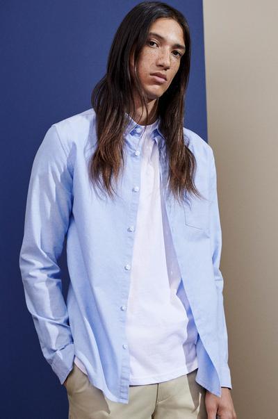 Model in blauem Hemd