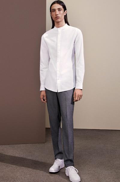 Model in weißem Hemd