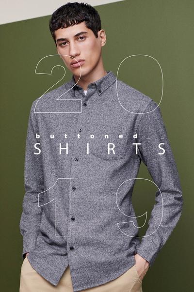 Model in grauem Hemd