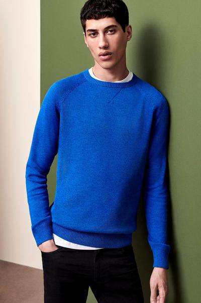 Model in blauem Pullover