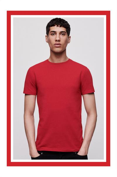 Man in rood T-shirt