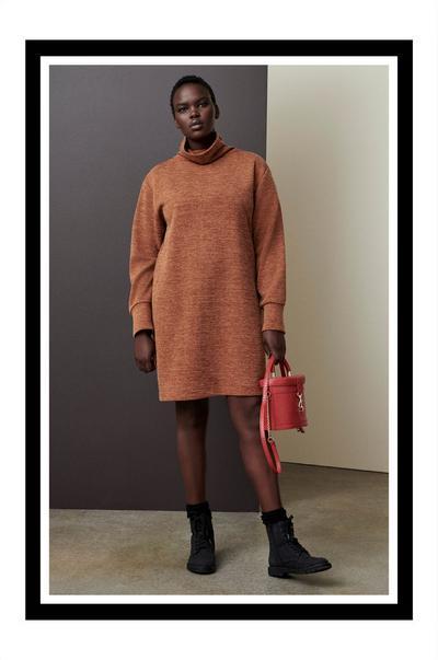 Femmes portant un sac rouge à coupe carrée