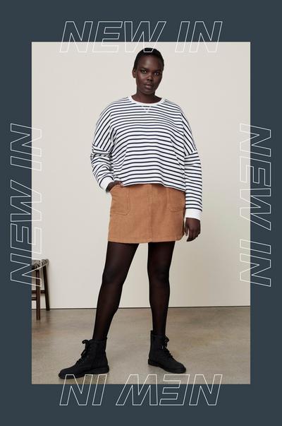 mannequin portant un haut et une jupe à rayures