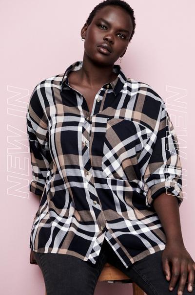 mannequin portant une chemise à carreaux