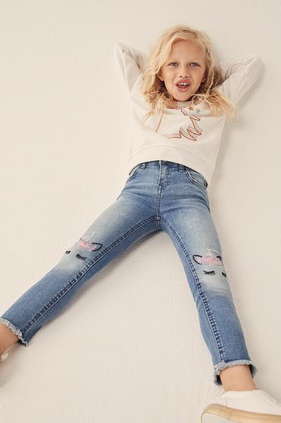 rapariga com calças de ganga