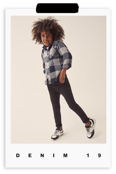 rapaz com calças de ganga e camisa
