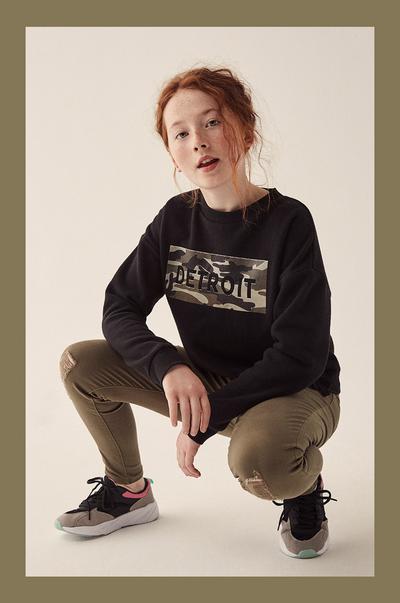 modelo com calças de ganga