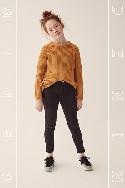 modelo com calças de ganga pretas
