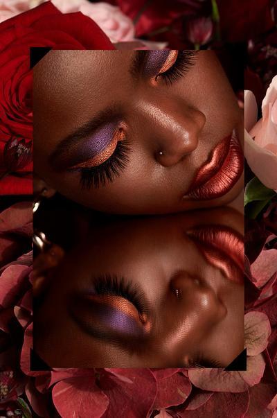 Image double d'un mannequin maquillée avec une ombre à paupière rose et mauve, sur une image de roses
