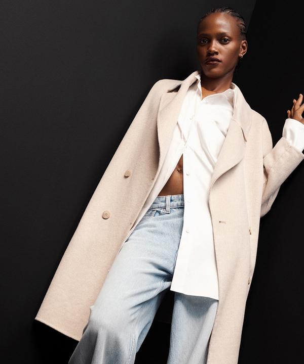 Frau mit Mantel aus Wollmischung