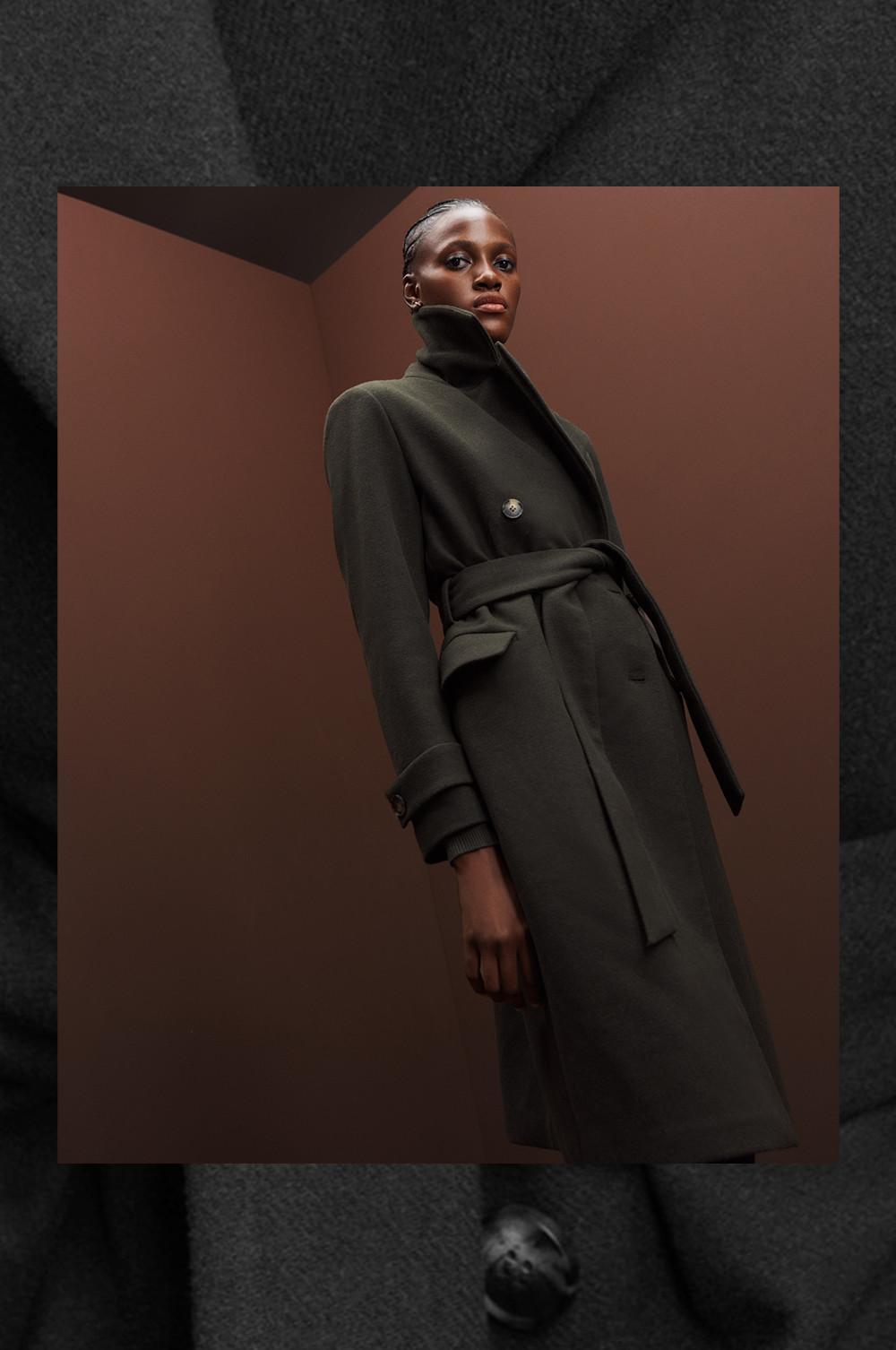 Frau mit Mantel aus Wollmischung in Khaki