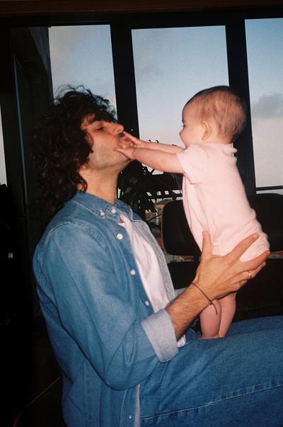 Mannequin portant une chemise en denim alors qu'il porte un bébé