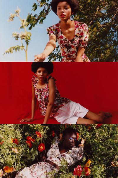 Model v srednje dolgi obleki s cvetličnim potiskom, majici s tankimi naramnicami in cvetličnim potiskom, ujemajočim se dolgim krilom in ujemajoči se kratki bluzi
