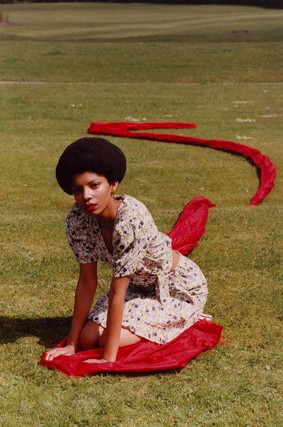 Model v oviti bluzi s cvetličnim potiskom in mini krilu s cvetličnim potiskom