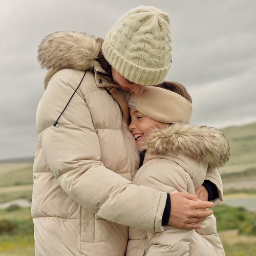 Madre e figlia che si abbracciano all